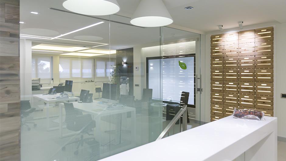 02-pixelarte-estudio-diseno-grafico-implantacion-senaletica-interiorismo-oficinas-signage-Saibo-importacion