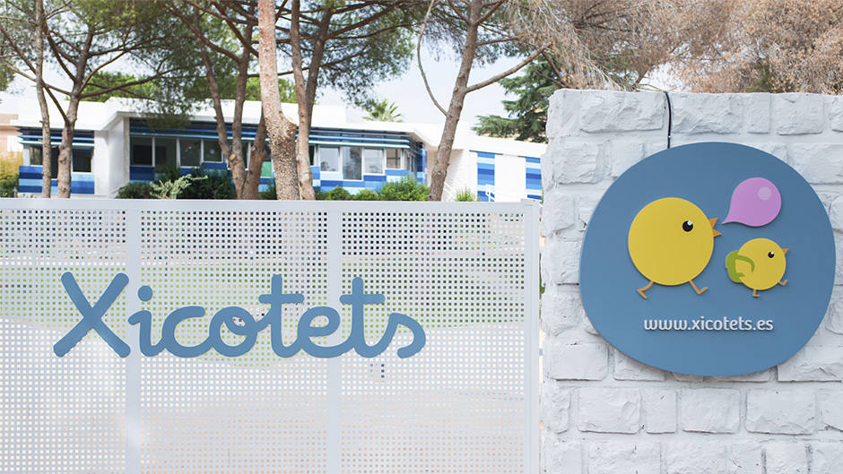 pixelarte-diseno-rotulacion-entrada-escuela-infantil-Xicotets